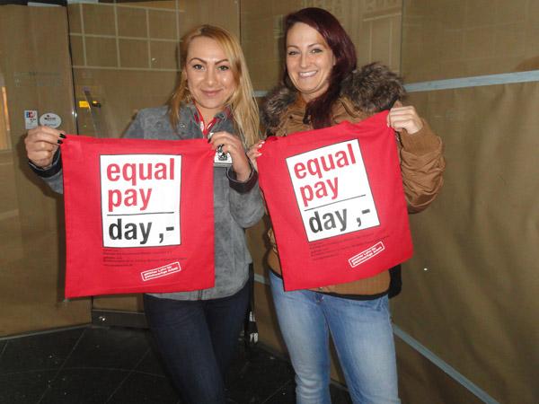 Equal Pay Day, Alina und Kim: Zwei Frauen mit roten Stofftaschen