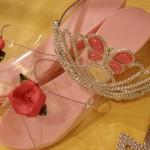 Eine Krone und Prinzessinnenschuhe liegen nebeneinander