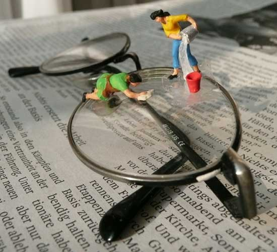 Miniatur-Hausfrauen mit Brille