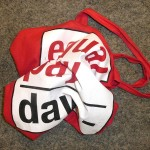 Zerknüllte rote Tasche mit Aufschrift Equal Pay Day