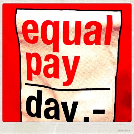 Rote Tasche mit Aufschrift: equal pay day