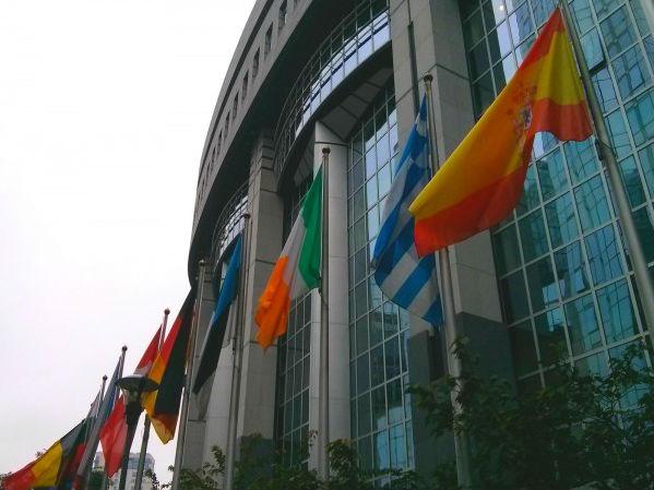 Flaggen der EU-Mitgliedsstaaten vor dem Europäischen Parlament