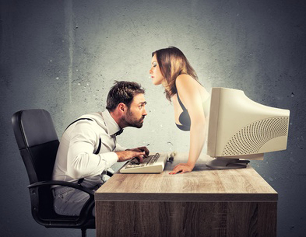 Mann starrt auf Brust einer Frau im Computer, Concept of sexy chat with a woman that exit from a monitor