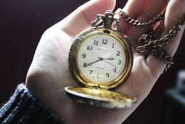 alte schöne Uhr in geöffneter Hand