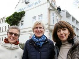 Drei Frauen vor dem Frauenstadthaus