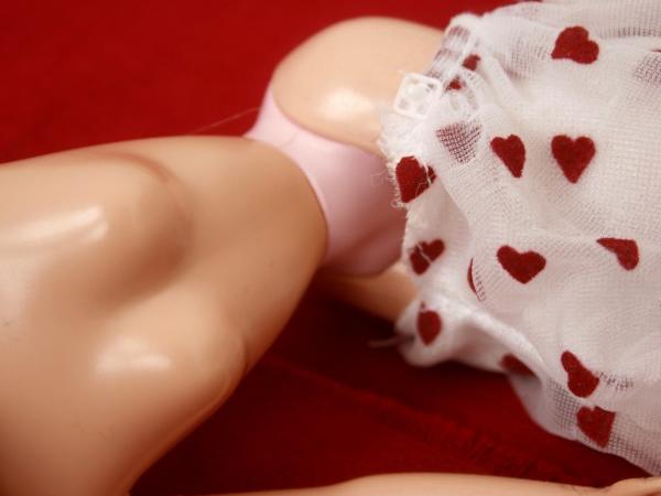 Barbiepuppe mit freier Brust und verrutschtem Rock