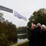 Mehrere Personen enthüllen ein Straßenschild, (v.l.n.r.): Jens Böhrnsen, Edmund Mevissen, Renate Meyer-Braun und Ortsamtsleiter Robert Bücking