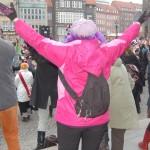 Frau in Pink mit erhobenen Armen