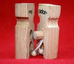 """Eva und Adam als zwei Wäscheklammern aus Holz. Eva mit einem Loch, Adam mit einem """"Holzdübel"""""""