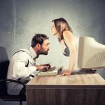 Mann glotzt auf Brüste einer Frau, die aus dem Bildschirm ragt
