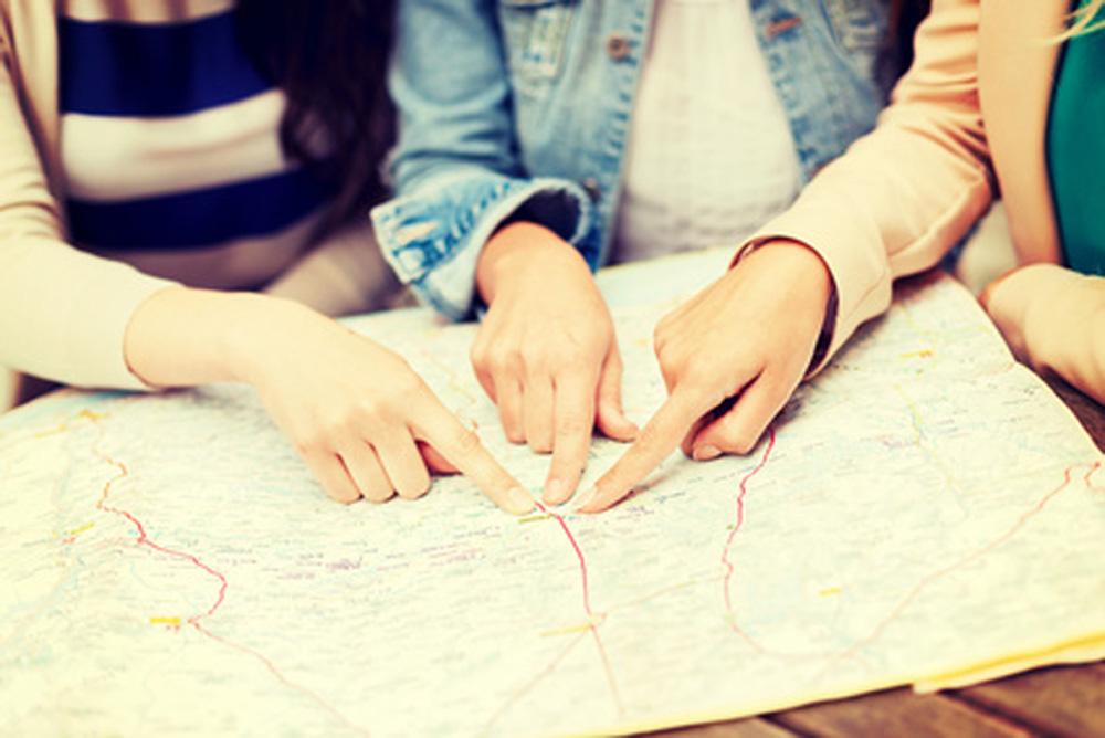 Frauen mit einem Stadtplan