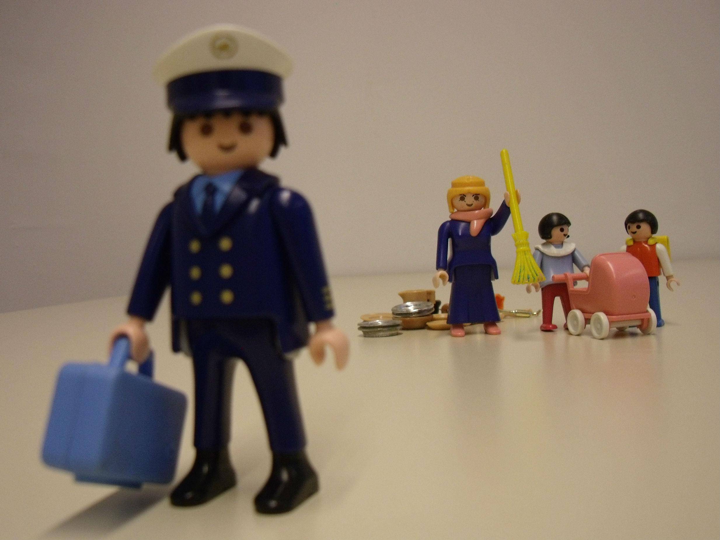 Playmobilfiguren: Polizist, Hausfrau und Kinder
