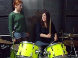 Meike Schaub und ihre Schülerin gemeinsam am Schlagzeug