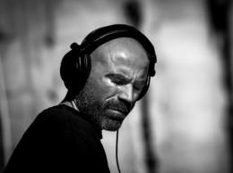 schwarz weiß bild von einem Mann mit kopfhörer