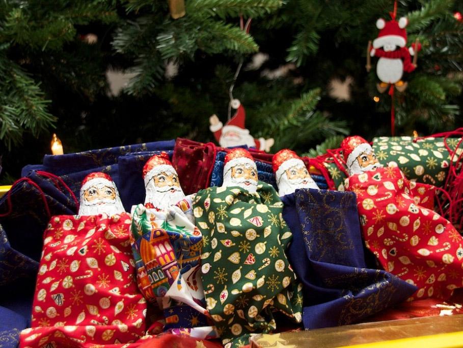 Nikolaussäckchen unter dem Weihnachtsbaum