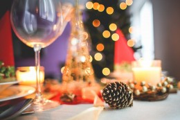 gedeckter Weihnachtstisch mit Dekoration