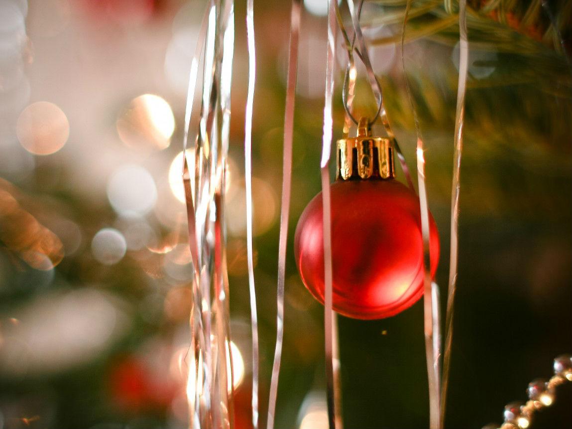 Rote Weihnachtskugel am Tannenbaum