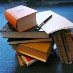 unordentlicher Bücherstapel