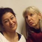 Zwei Frauen mit Grimasse