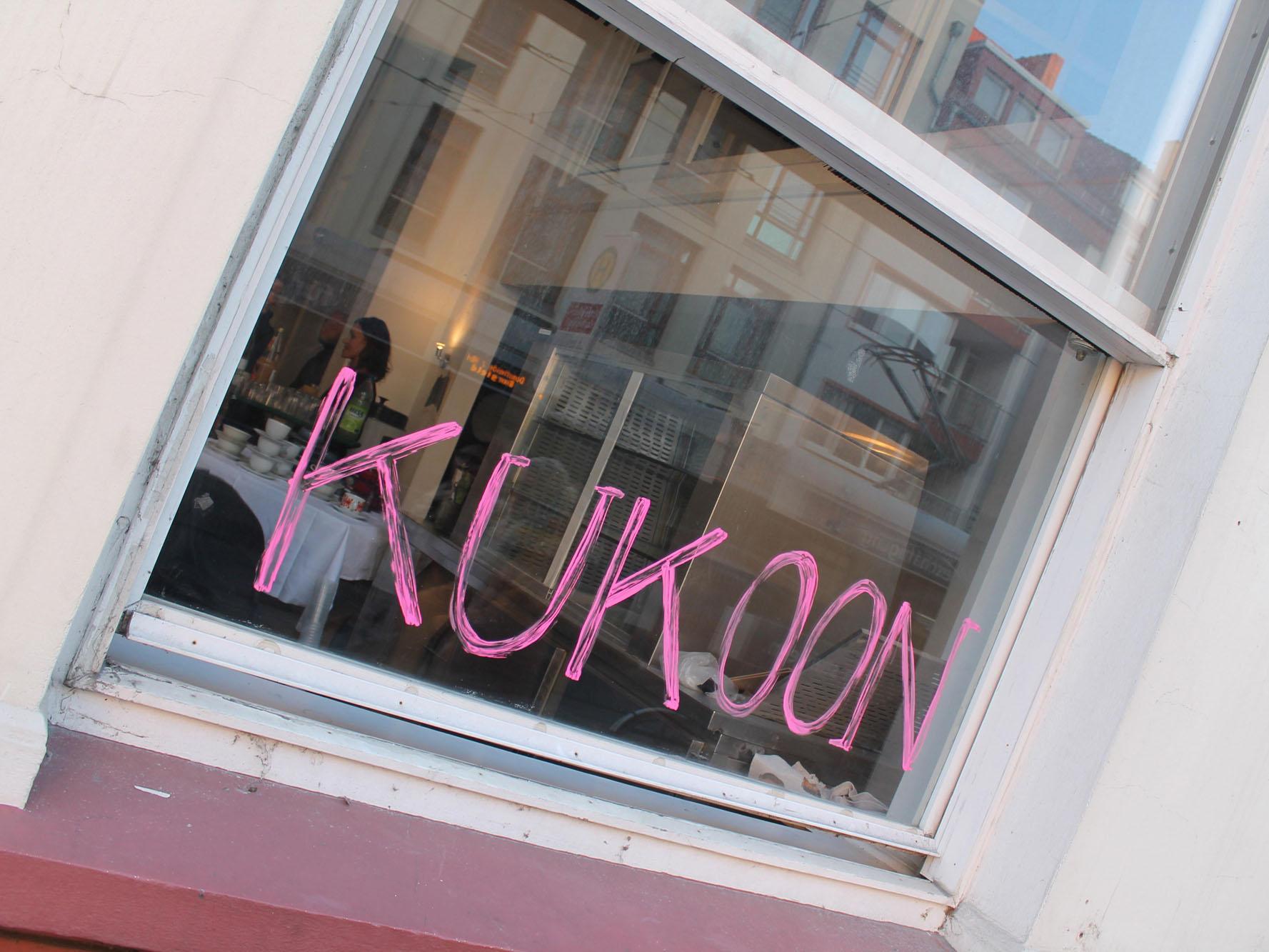 Fenster mit Schrift: Kukoon