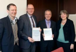 Von links: Senator Martin Günthner, Nils Schnorrenberg (BIS) Horst Rehberg (bremenports GmbH & Co.) und Landesfrauenbeauftragte Ulrike Hauffe