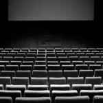 Leerer Kinosaal in schwarz-weiss