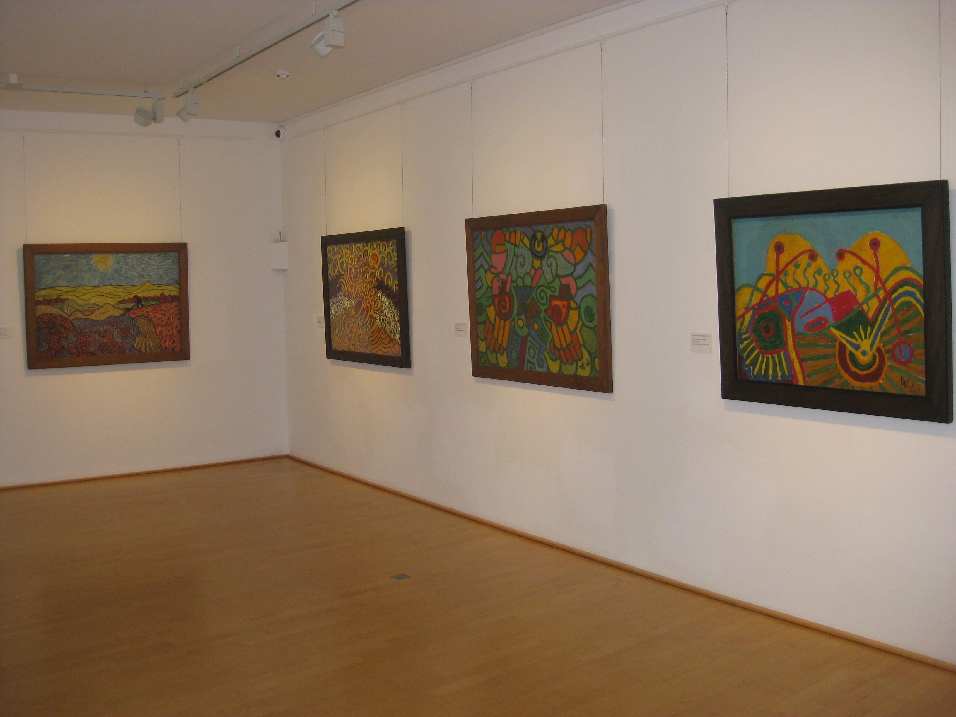 ein Raum mit vier verschiedenen Bildern von Wilhelm Morgner