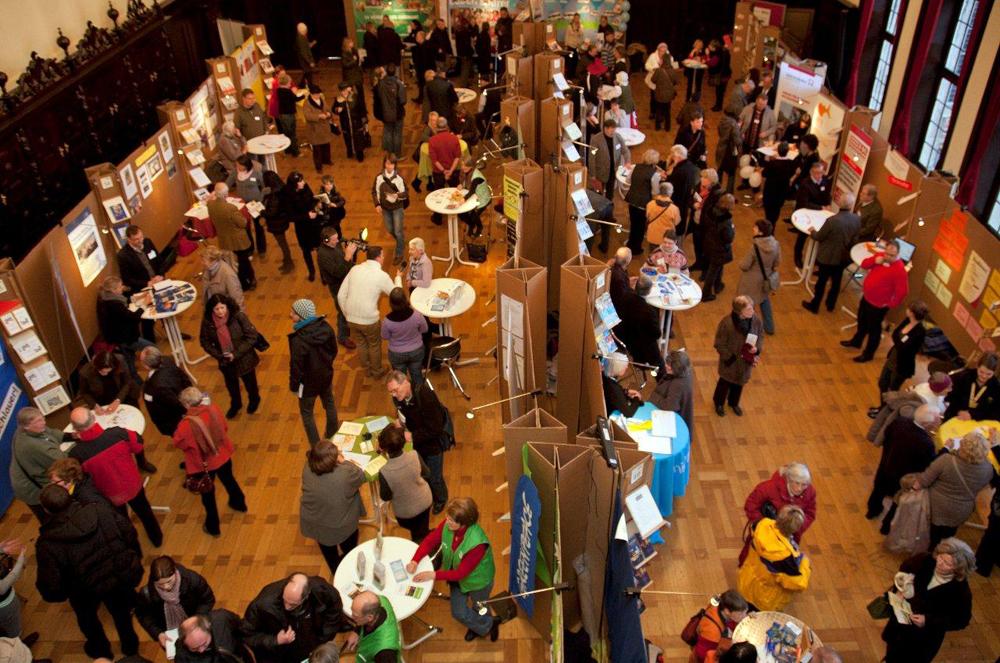 Große Halle mit vielen Menschen