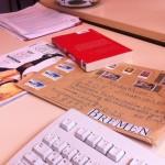 Briefumschlag Buch und Magazin auf dem Tisch liegend