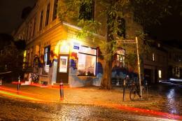 Hausfassade des Cafes KWEER bei Nacht in Bremen