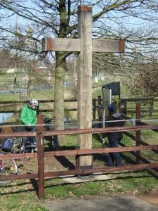 Fahrradfahrer an einem Eichenkreuz