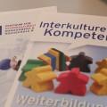 Zwei Flyer über die Weiterbildung im interkulturellen Kompetenzbereich und des Zentrum für Interkulturelles Management und Diversity