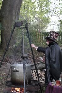 Eine Hexe am Kessel.