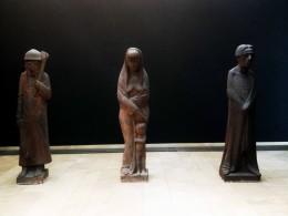 Drei Terrakottafiguren. Ein Brandstifter, eine Frau mit Kind, ein Prophet.