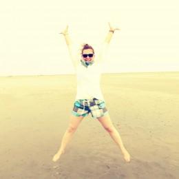 Daga springt am Strand in die Luft