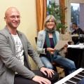 Mann am Keyboard, Frau mit Notenblatt