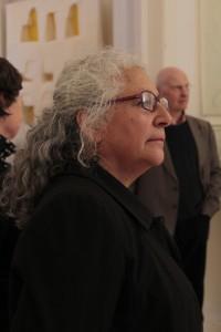 Die Künstlerin Rosa Jaisli ist seitlich abgebildet.