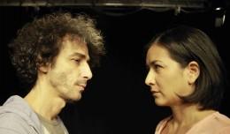 Mann und Frau stehen sich gegenüber und blicken sich in die Augen