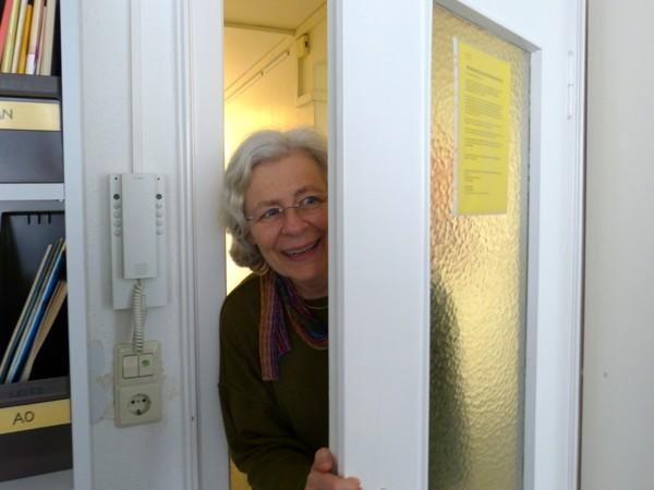 Andrea schaut durch die Tür ins Büro