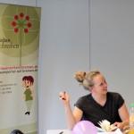 Janina sitzt am Tisch in der ZGF