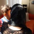 Rückenansicht einer Mutter mit Kind