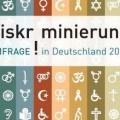 Symbole zum Thema Diskiminierung auf verschiedenfarbigen Streifen mit der Aufschrift Diskriminierung