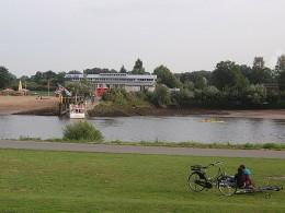 blick über die Weser auf das Café Sand