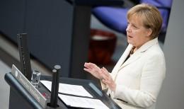 Frau im Bundestag hält eine Rede