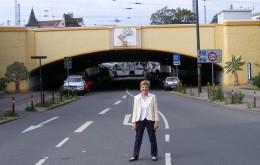 Regina Heygster vor dem fertigen Friedenstunnel in Bremen