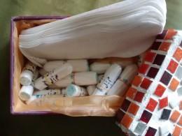 Tampons und Binden in einer Dose