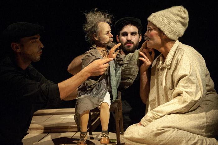 Schauspielerin, Stabpuppe und zwei Puppenspieler