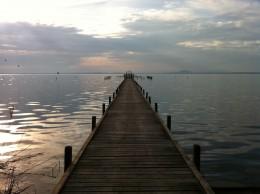 Langer Steg ins Wasser