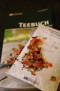 """Zu sehen ist ein Teebuch und die Teesorte """"Karotte-Ingwer""""."""