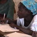 Mädchen am Schulschreibtisch
